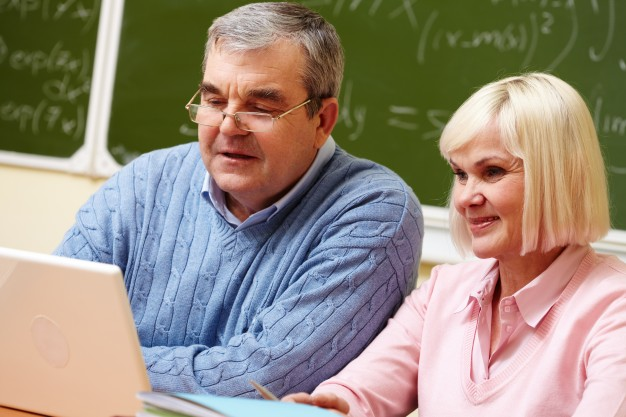retired-couple-studying-at-school_1098-3098